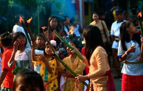 Berbagi api menjelang Nyepi 2013