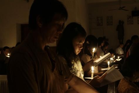 Umat Katolik Paroki Hati Kudus Yesus menghadiri misa paskah