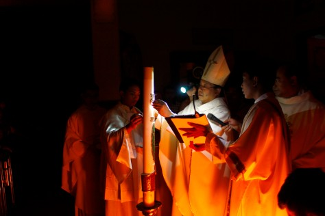 Uskup Surabaya Mgrs. Vincentius Sutikno memberkati lilin paskah 2