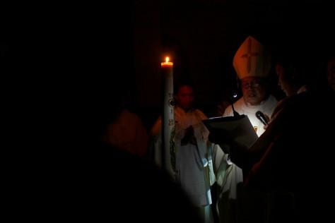 Uskup Surabaya Mgrs. Vincentius Sutikno memberkati lilin paskah