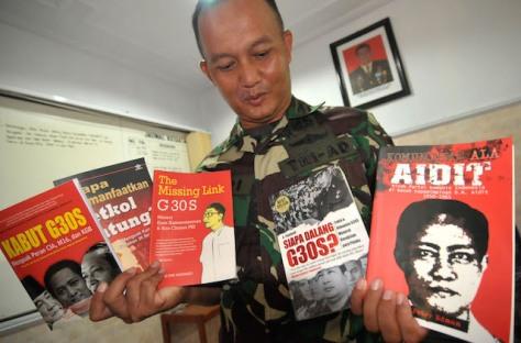 Komandan Kodim 0712/Tegal Letkol Inf Hari Santoso menunjukkan lima judul buku Partai Komunis Indonesia (PKI) yang disita dari sebuah mal, di Kodim 0712 Tegal, Jawa Tengah, Rabu (11/5). Kodim 0712 Tegal mengamankan sebanyak 90 buku PKI dari stand buku pada pameran di salah satu mal, karena dinilai melanggar hukum di Indonesia. ANTARA FOTO/Oky Lukmansyah/ama/16